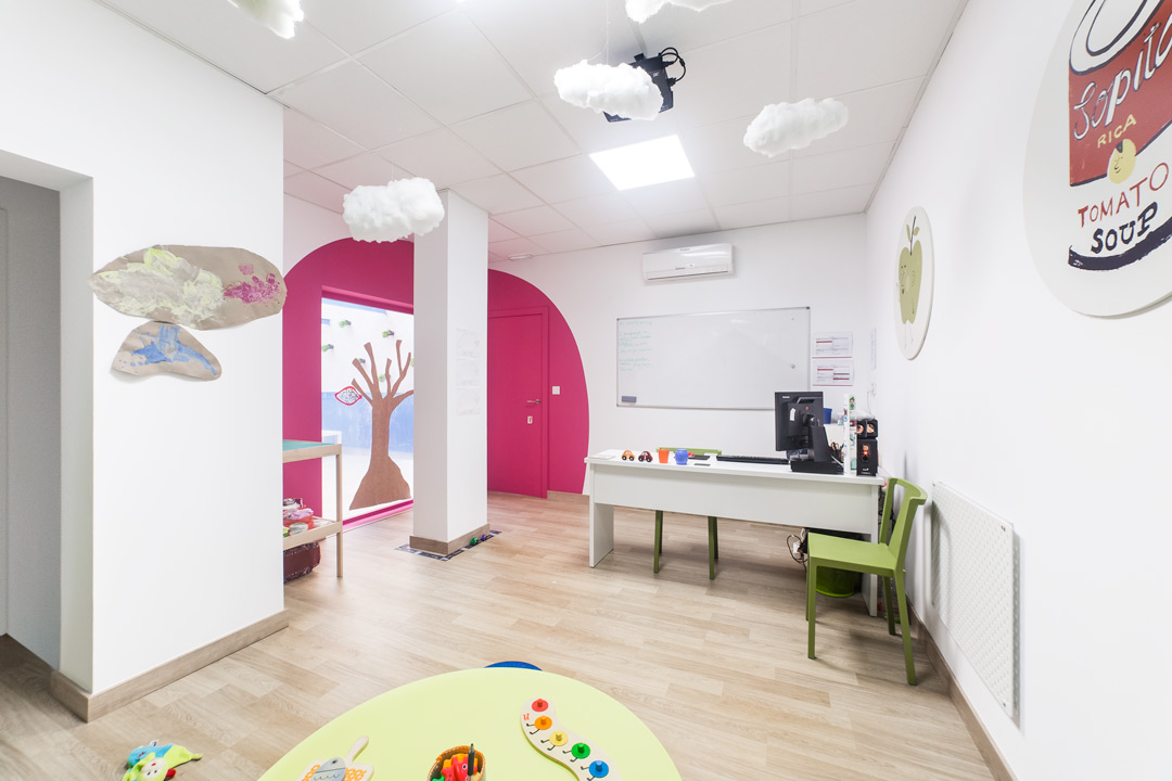 Aula infantil de Erasmo Idiomas, en la que se utilizan elementos decorativos que hacen sentir a los niños en un espacio que está hecho a su medida.