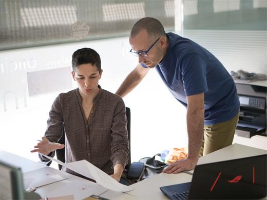 Loli Pardo y Alberto Rekena trabajando en las oficinas de Marcando la Diferencia en un proyecto de Interiorismo Comercial.