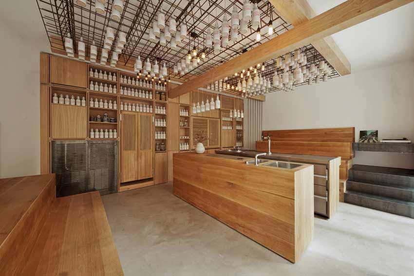 Interior de un bar con múltiples elementos de madera.