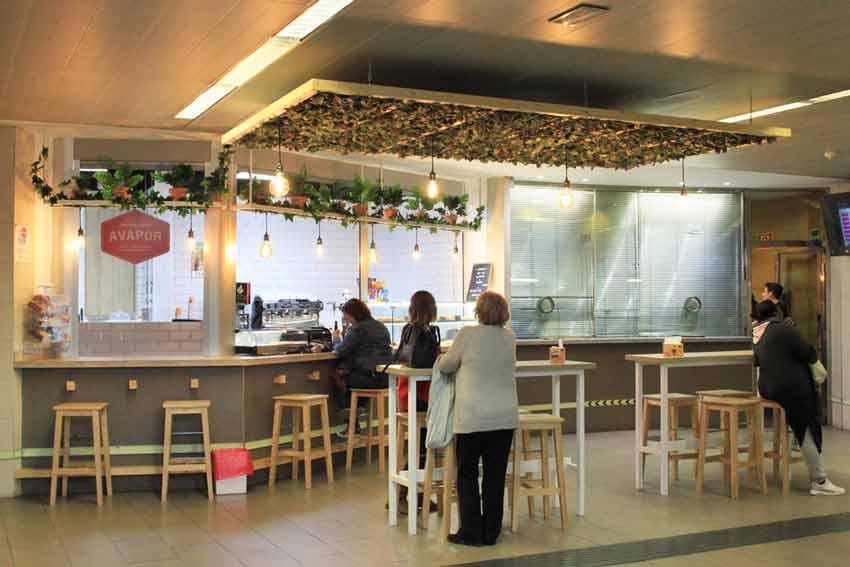 """Vista panorámica de la cafetería """"Avapor""""."""
