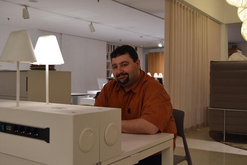 Carlos Rubio en una de las aulas de Imadde Insenia.