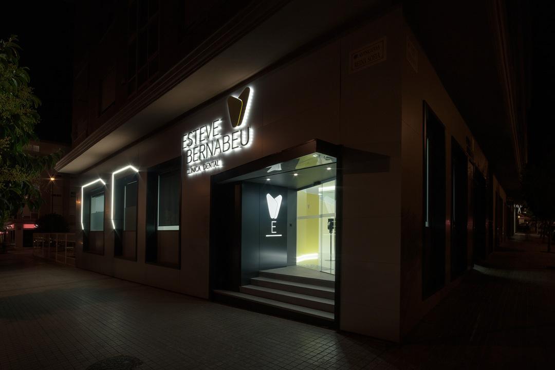 Fachada vista de noche de la Clínica Dental Esteve Bernabéu