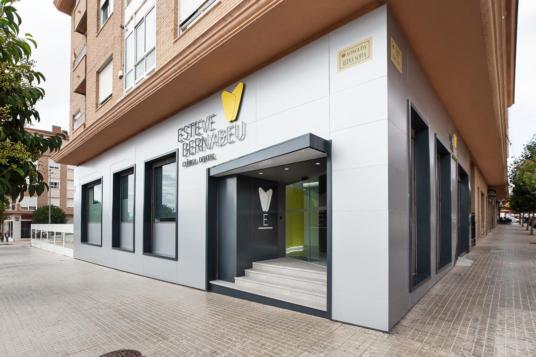Fachada de la Clínica Dental Esteve Bernabéu