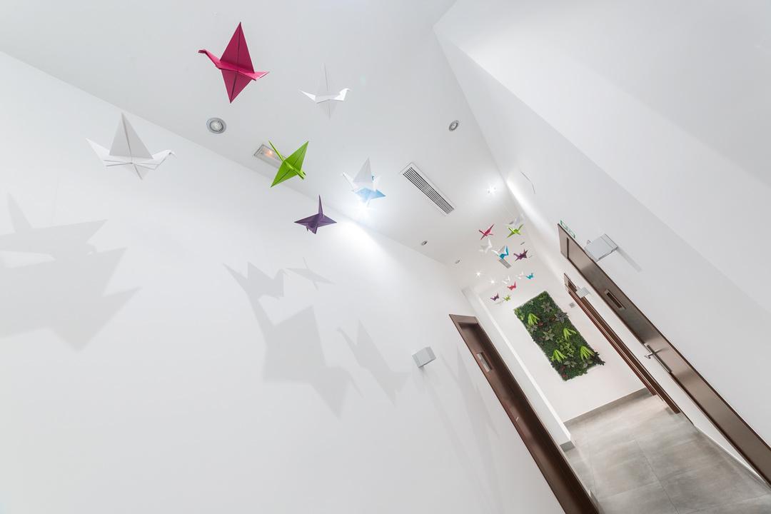 Detalle de la decoración en el pasillo de acceso a los gabinetes de la clínica.