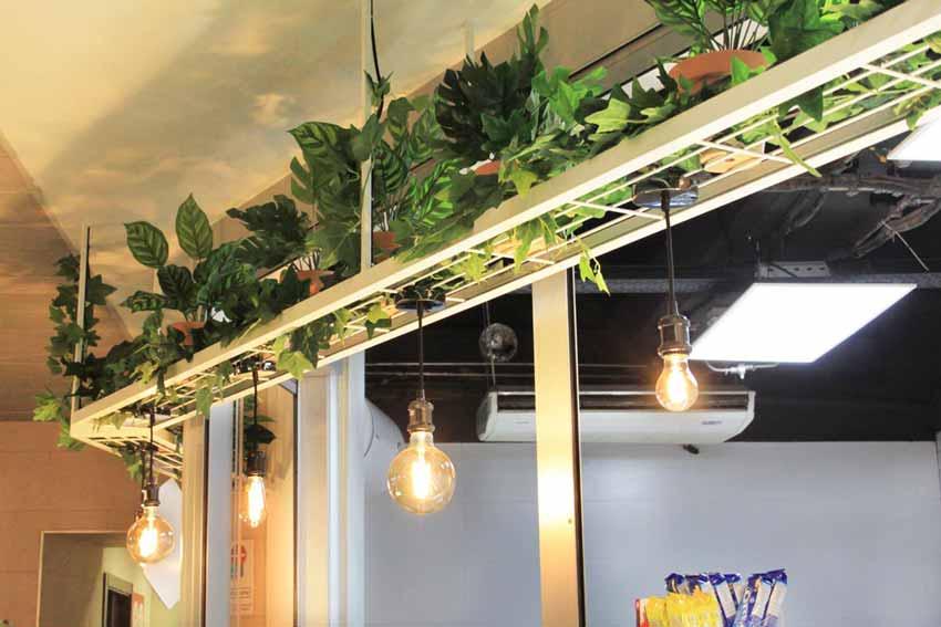"""Detalle de las luminarias de la cafetería """"Avapor""""."""