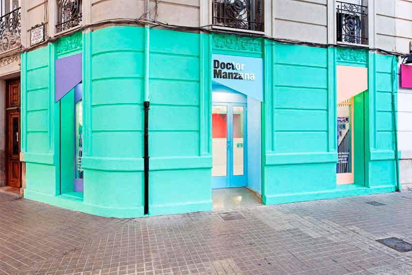Fachada de local comercial moderno en el que con el predominio de colores vivos se consigue destacar sobre la competencia.