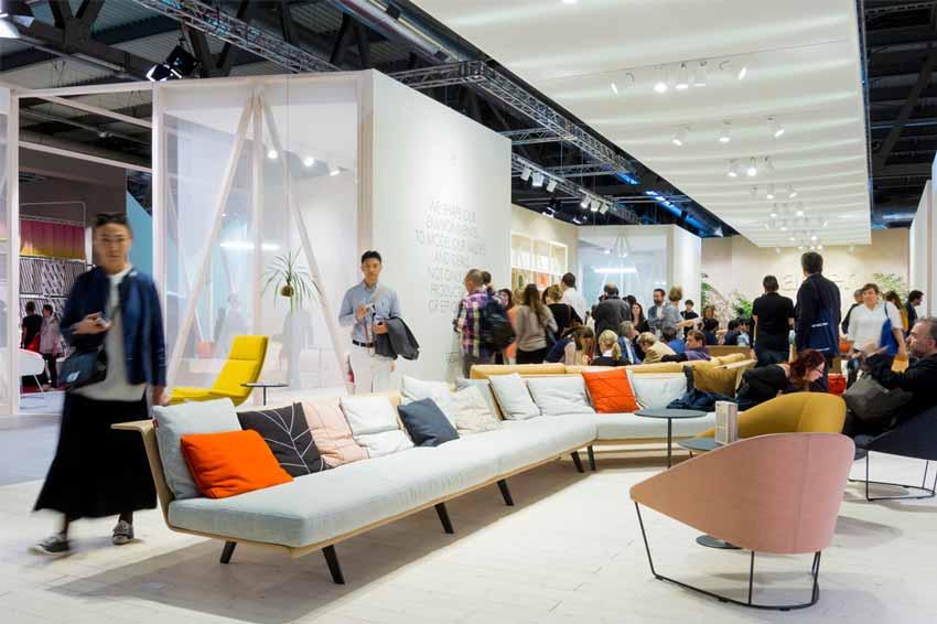 Interior de una feria de mobiliario de diseño.