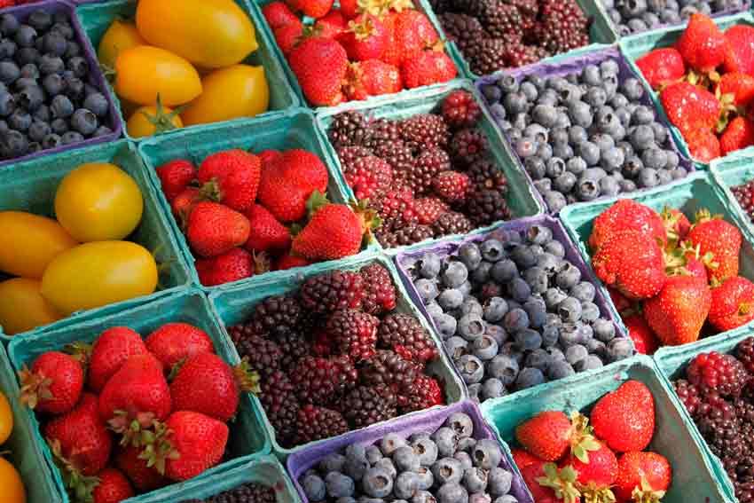 Fruta ordenada en una frutería.