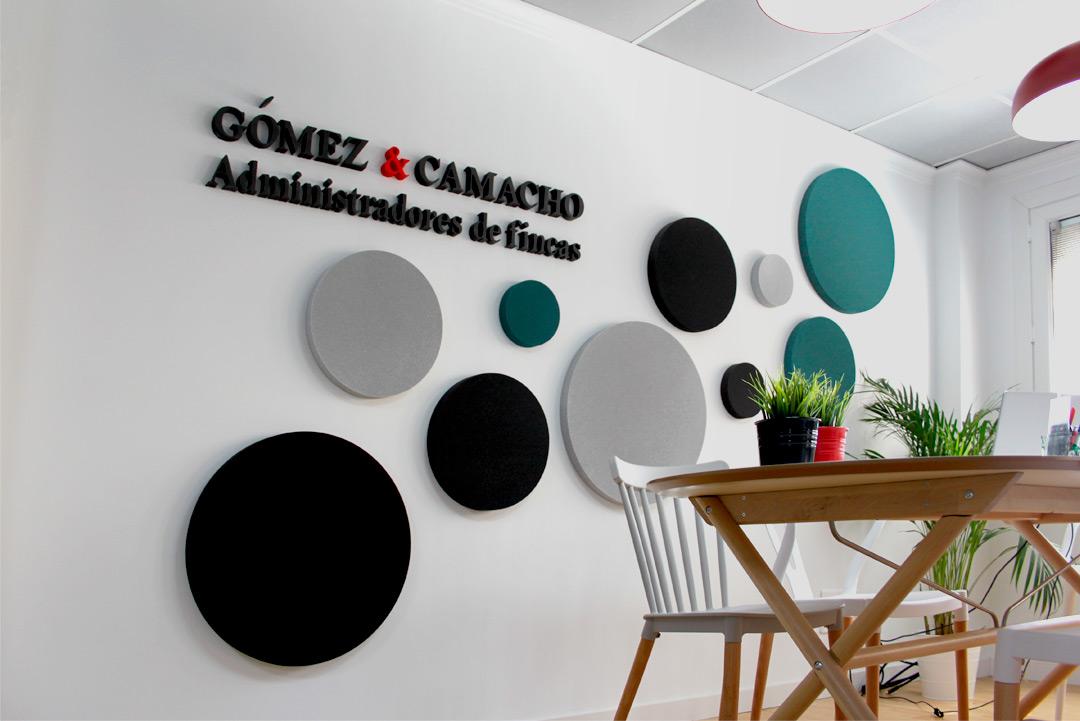 """Imagen de marca de sobre la pared de la sala de reuniones de """"Gómez & Camacho Administradores""""."""