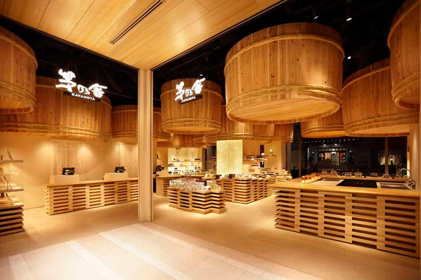 Interior de local comercial en el que predomina la decoración en madera.