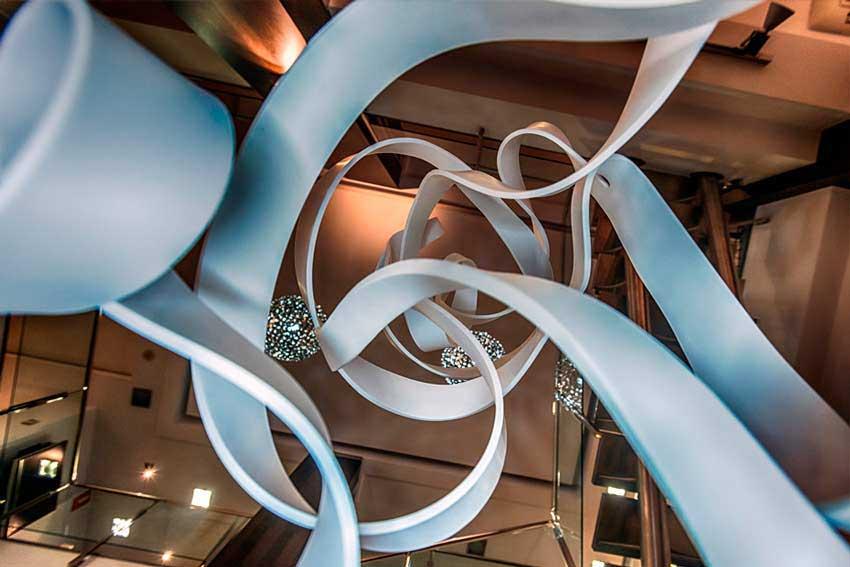 Krion de Porcelanosa utilizada como elemento decorativo en el interior de un local comercial.