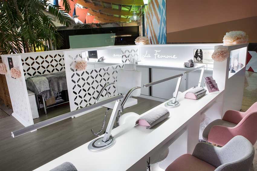"""Detalle del mobiliario del stand de belleza """"La Femme"""" ubicado en el Centro Comercial L'Aljub de Elche."""