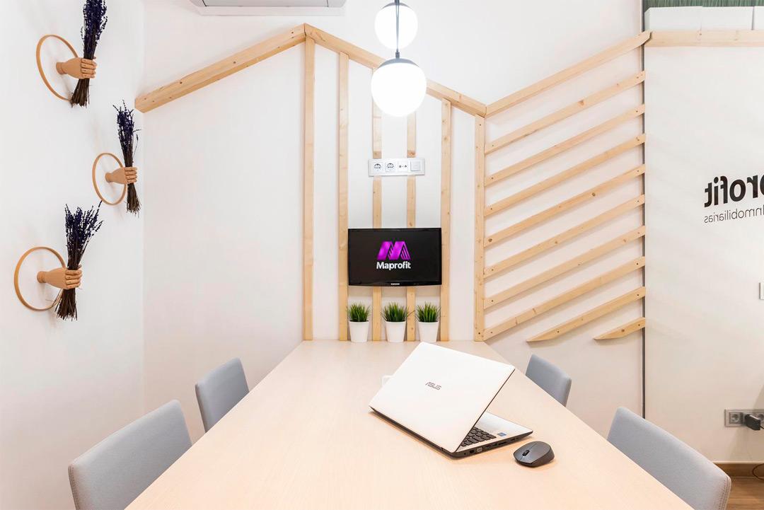 Detalle de la mesa de la sala de reuniones de la empresa Soluciones Inmobiliaria MAPROFIT de Madrid.