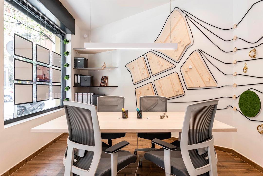 Detalle de la mesa de trabajo de la empresa Soluciones Inmobiliaria MAPROFIT de Madrid.