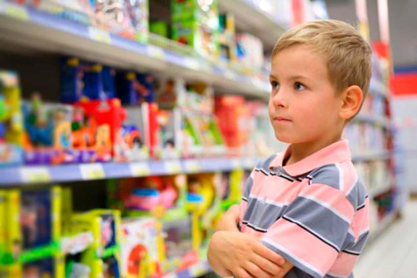 Niño en un supermercado.