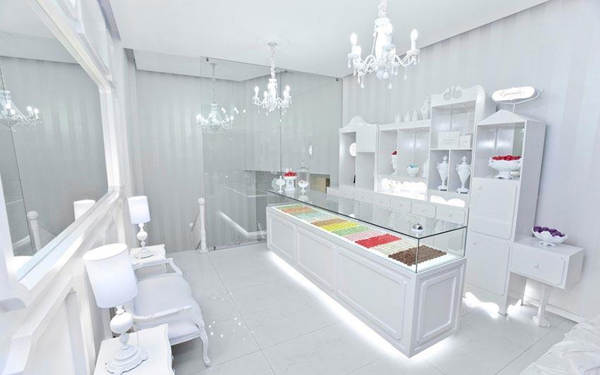 Utilización de los colores en una pastelería para que el producto destaque.