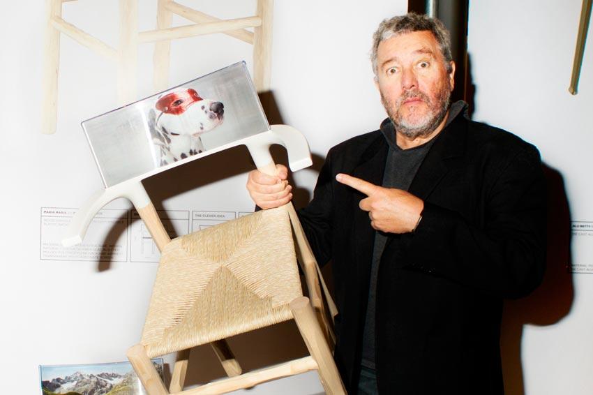 Philippe Starck mostrando una silla diseñada por él.