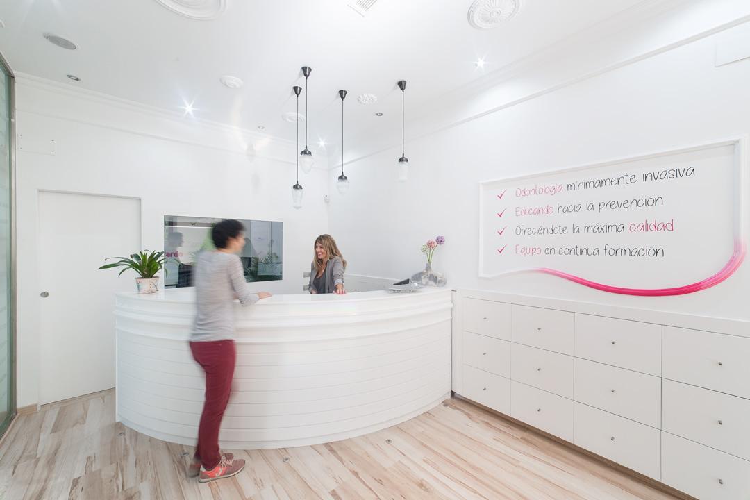 Recepción del Centro de Salud Dental Doctores Pardo, que destaca por ser un espacio claro e iluminado.