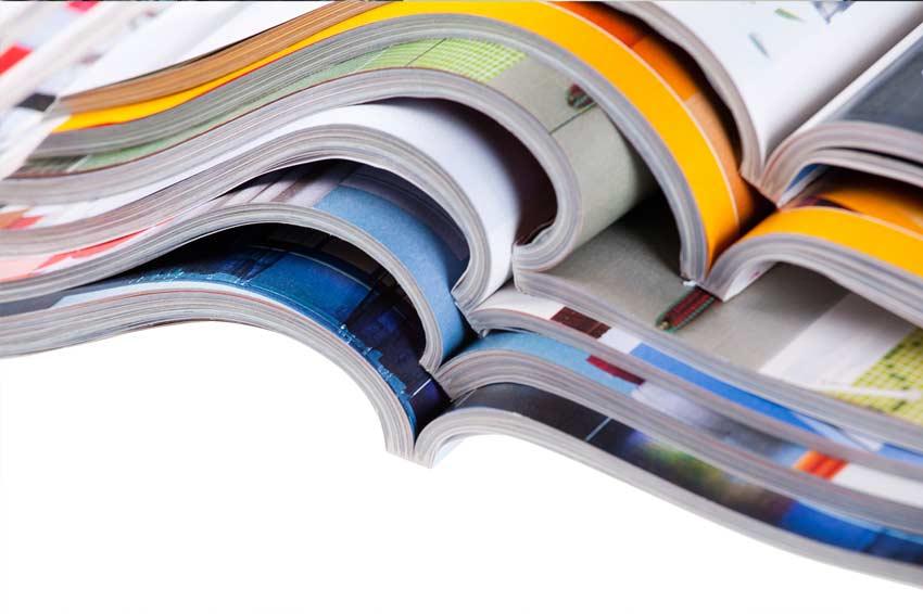 Conjunto de varias revistas de diseño abiertas.