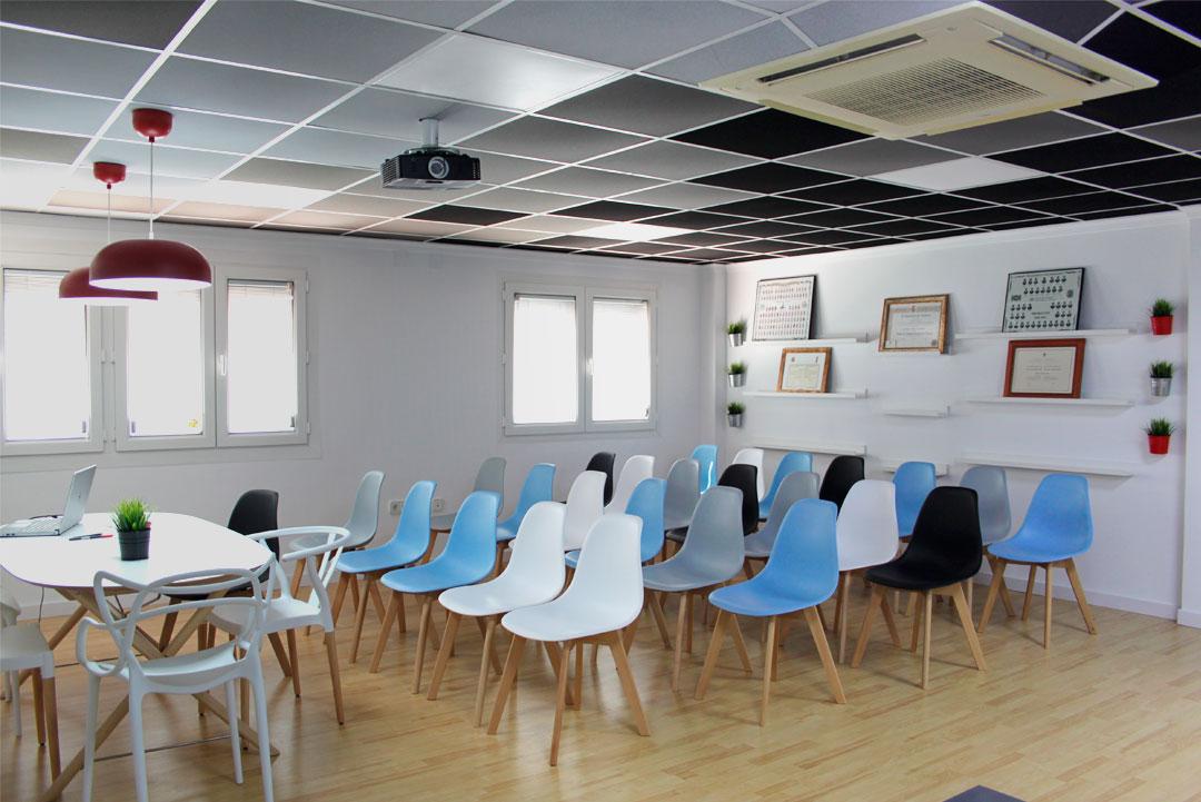 """Sala de reuniones de """"Gómez & Camacho Administradores""""."""