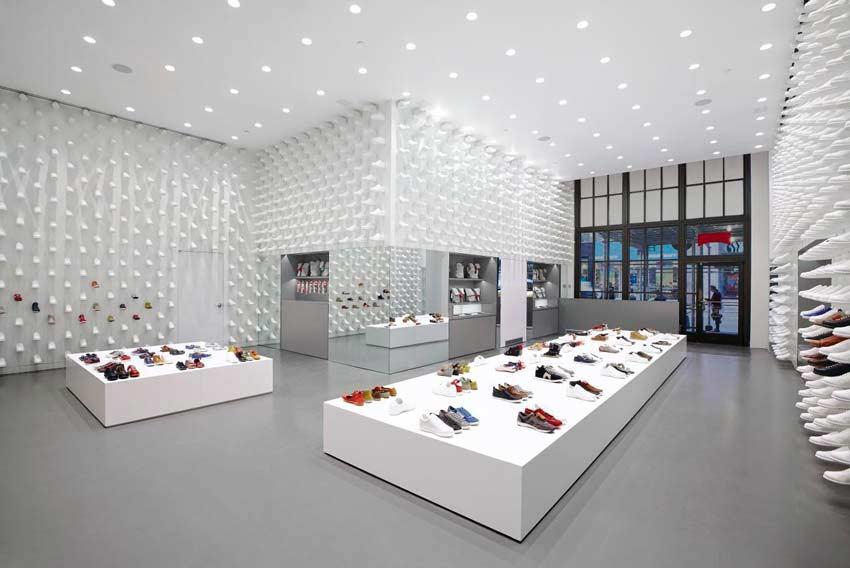 Interior de una tienda de zapatillas.
