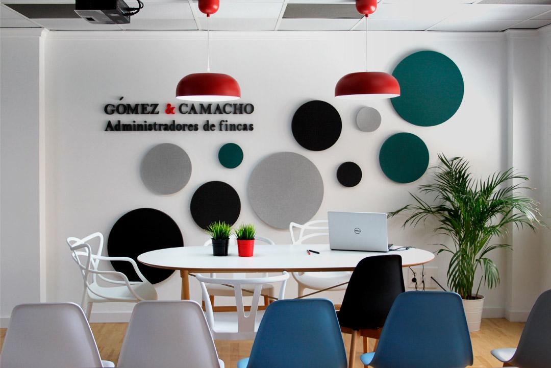 """Vista de frente de la mesa de reuniones de """"Gómez & Camacho Administradores""""."""