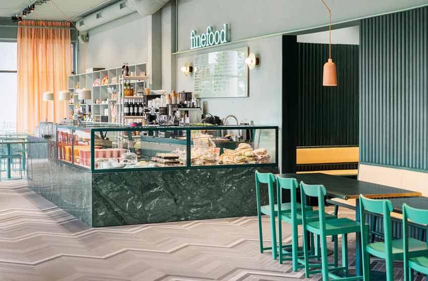 Interior y zona de mostrador de un restaurante cafetería.