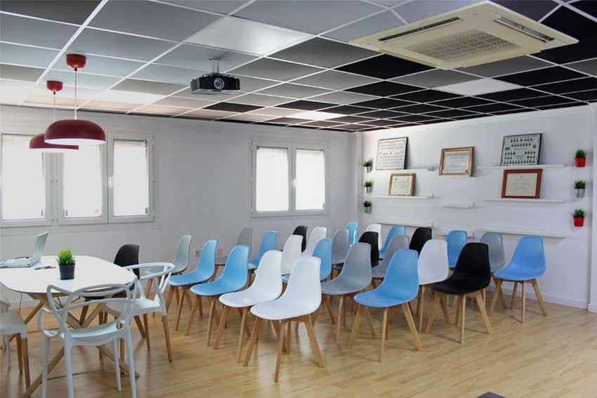 Vista general de la sala de reuniones de vecinos de Gómez & Camacho Administradores.