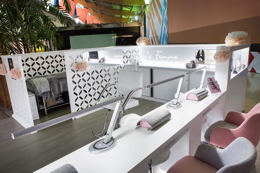 Vista interior de La Femme en la que se pueden apreciar las distintas zonas de atención al cliente.