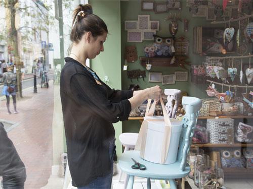 Profesional del Visual Merchandising trabajando en un local de retail.