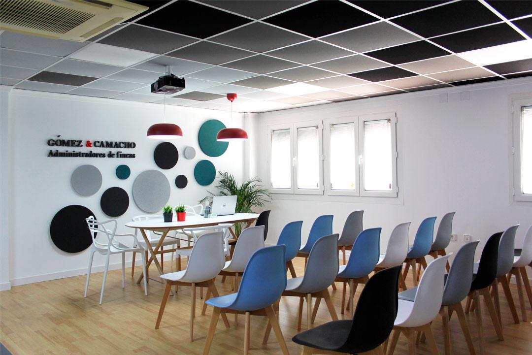 """Zona de la mesa de la sala de reuniones de """"Gómez & Camacho Administradores""""."""