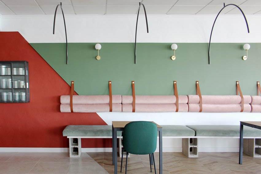 Zona de la sala, en la que se encuentra el banco corrido, del Restaurante - Pizzería La Mesita.