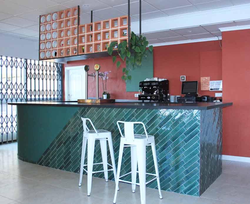 Zona de la barra, con elementos que hacen referencia a Italia, del Restaurante - Pizzería La Mesita.