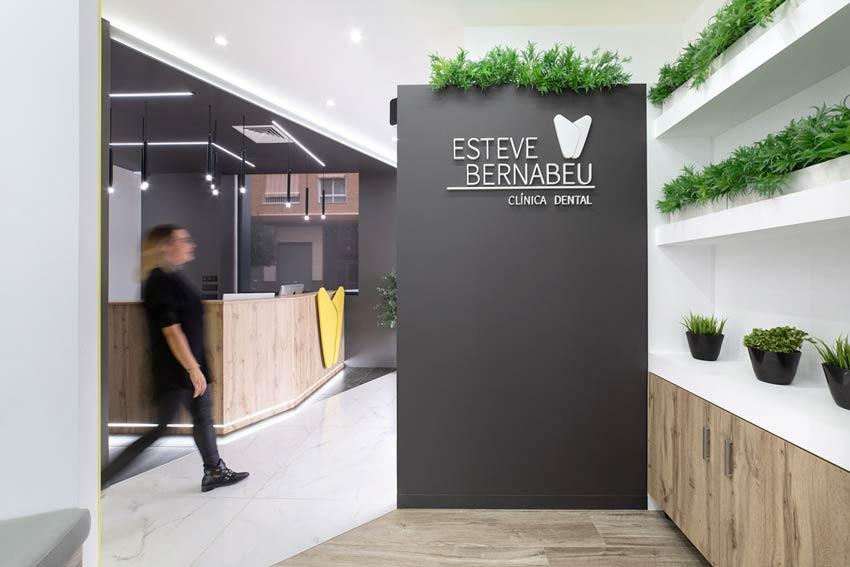 Vista desde la sala de espera de la Clínica Dental Esteve Bernabéu ubicada en Petrer(Alicante).