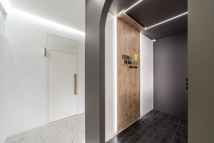 Pasillos de la Clínica Dental Esteve Bernabéu ubicada en Petrer(Alicante).