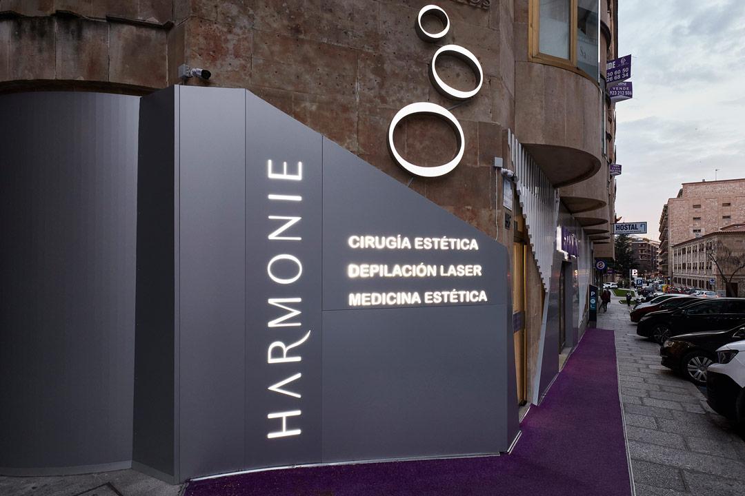 Detalle de la esquina iluminada de la Clínica de Medicina Estética Harmonie ubicada en Salamanca