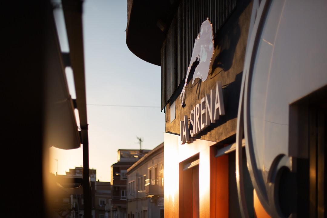 Vista de de detalle de la Fachada del Restaurante de La Sirena con luz del atardecer