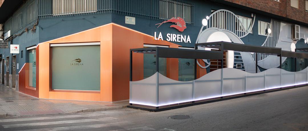 Vista de cerca de la fachada del Restaurante La Sirena