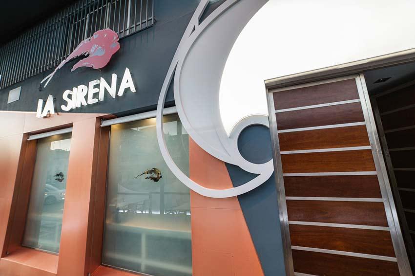 Detalle de la ola de la nueva fachada del Restaurante La Sirena.