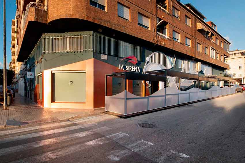 Vista de la nueva fachada del Restaurante La Sirena vista de día.