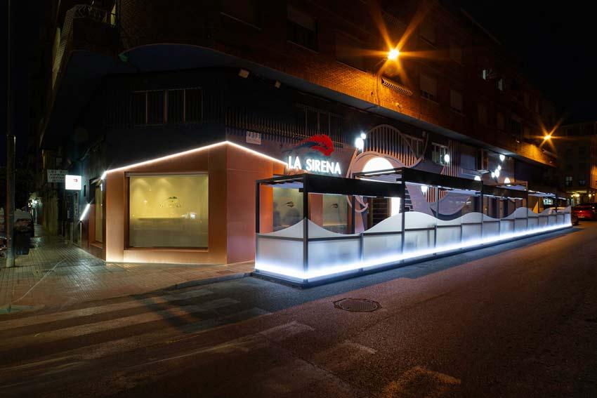 Vista de la nueva fachada del Restaurante La Sirena vista de noche.