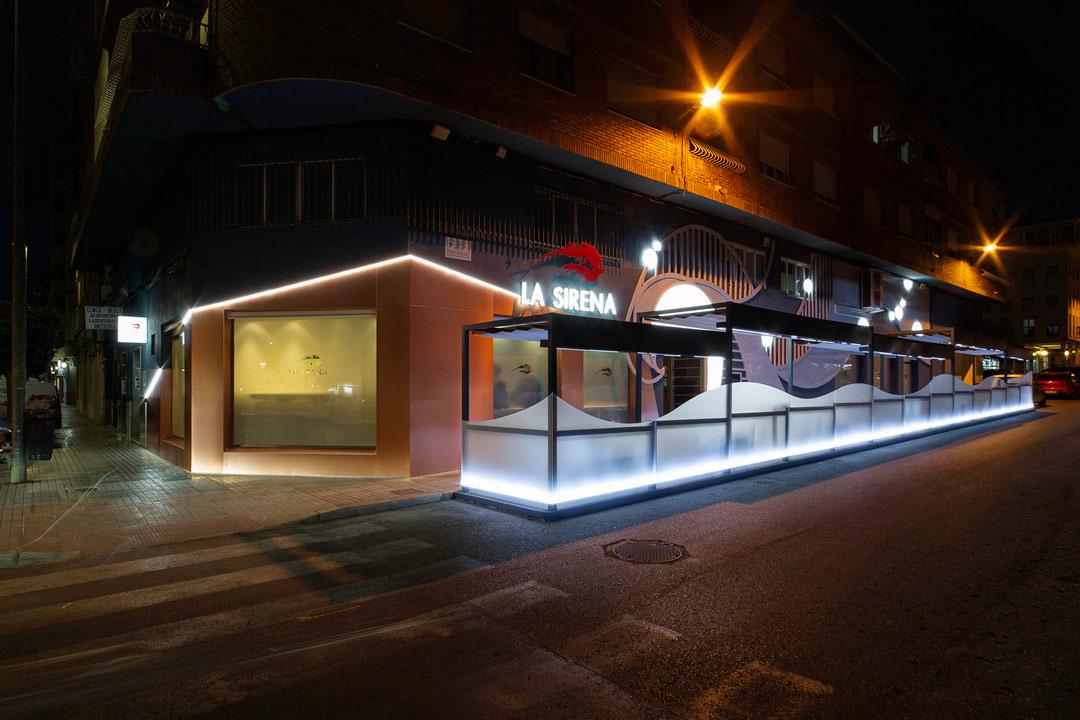 Fachada del Restaurante La Sirena vista de noche