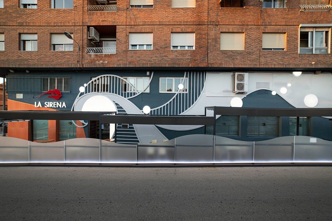 Vista frontal de la fachada del Restaurante La Sirena
