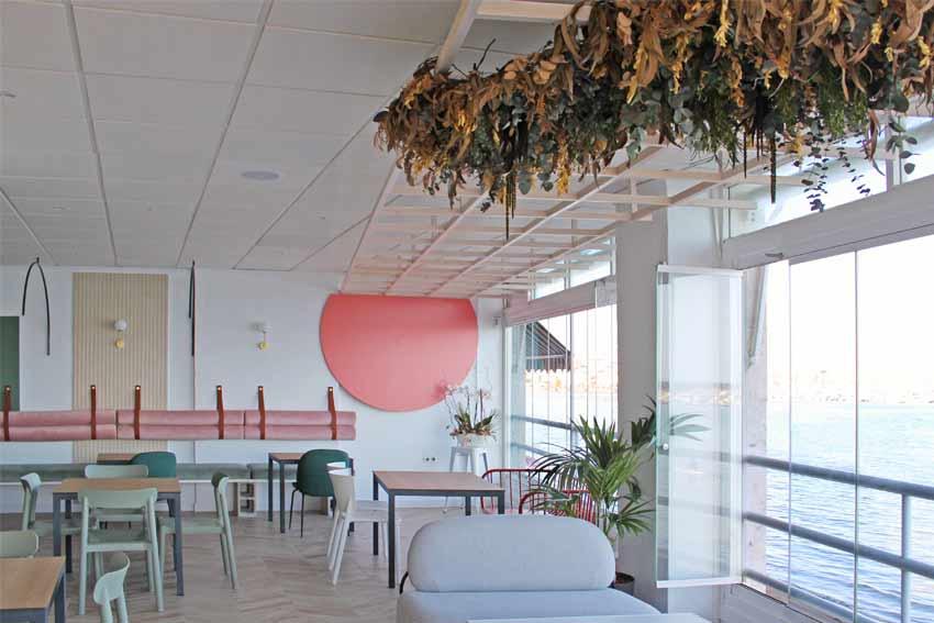 Zona de la sala con vistas al mar mediterráneo del Restaurante - Pizzería La Mesita.