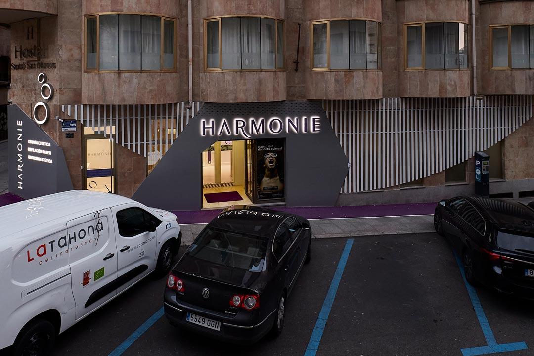 Vista general nocturna de la fachada de la Clínica de Medicina Estética Harmonie ubicada en Salamanca